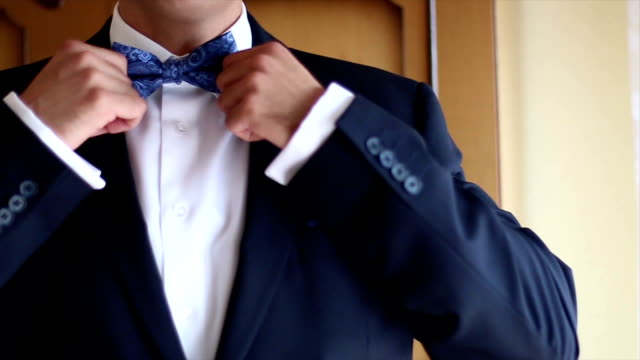 vídeos de stock, filmes e b-roll de gravata borboleta - smoking