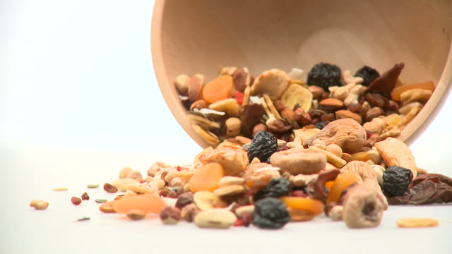 stockvideo's en b-roll-footage met hd: bowl of healthy breakfast - rozijn