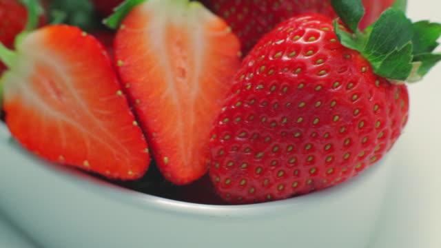cu pan bowl of strawberries / london, uk - 数個の物点の映像素材/bロール