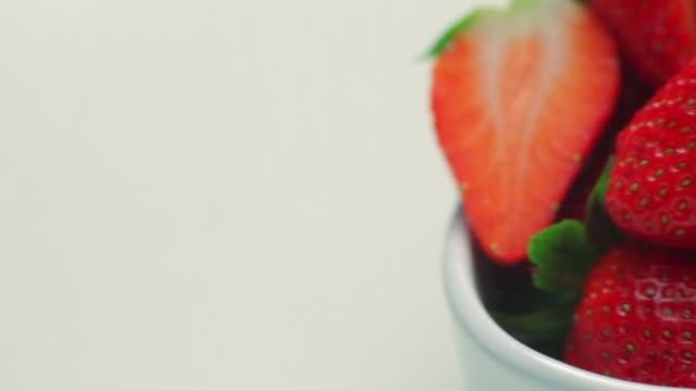 cu pan bowl of strawberries / london, uk - meno di 10 secondi video stock e b–roll