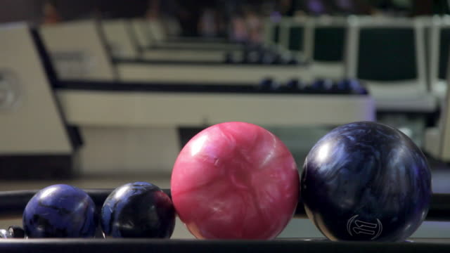bowling ball joins pink and smaller balls - ボーリングボール点の映像素材/bロール