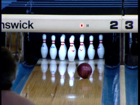 bowling ball knocks over pins in bowling alley dallas - ボウリング点の映像素材/bロール