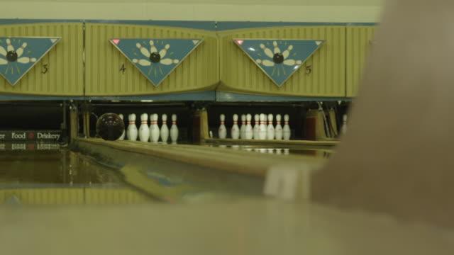 vídeos y material grabado en eventos de stock de bowling ball returning along lane edge - bola de bolos