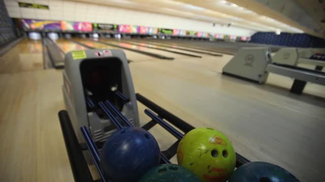 cu bowling ball returning to rack / dover, new hampshire, usa - mellanstor grupp av objekt bildbanksvideor och videomaterial från bakom kulisserna