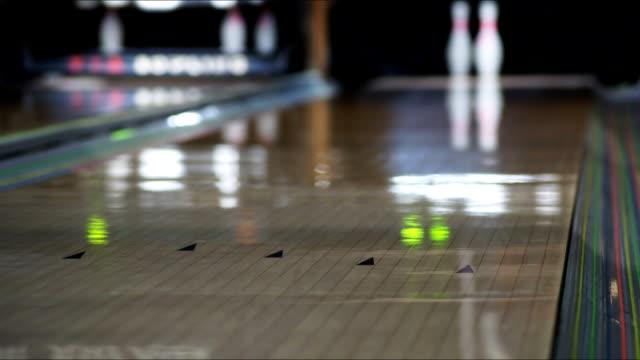 ボーリングセンター、2 つのボーリング場、低速度撮影のビデオ - ボーリングボール点の映像素材/bロール
