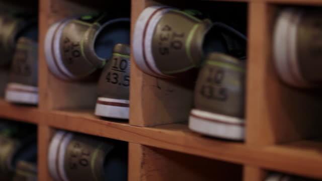 ボウリングの靴 - ボーリングボール点の映像素材/bロール