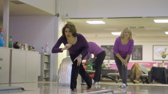 bowling - 50 54 jahre stock-videos und b-roll-filmmaterial