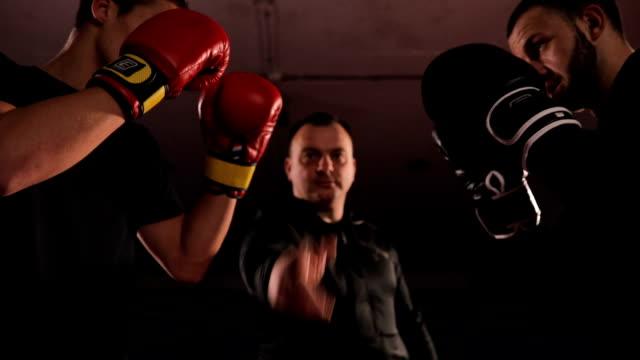 ボックスの戦い - ボクシンググローブ点の映像素材/bロール