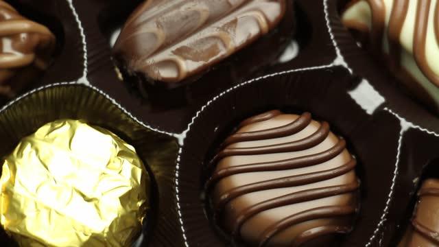 vídeos y material grabado en eventos de stock de caja de chocolate - dulces