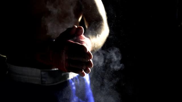 vídeos y material grabado en eventos de stock de hd super lenta missouri: boxeador las palmas de las manos en tiza - masculinidad