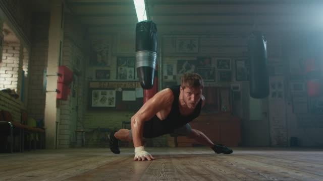boxer tun push ups - muskulös stock-videos und b-roll-filmmaterial