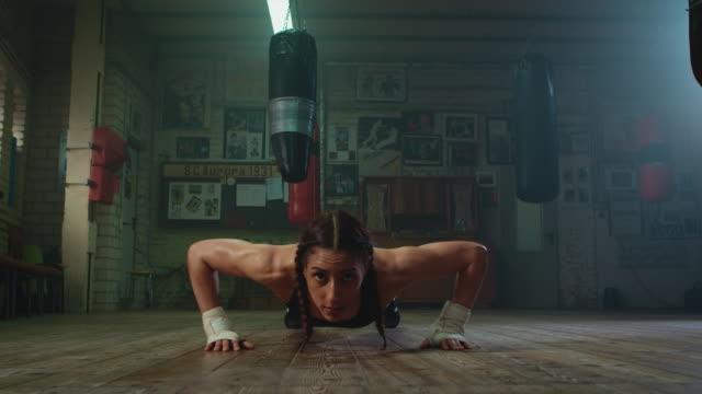 vídeos de stock e filmes b-roll de boxer doing push ups - flexão de braço