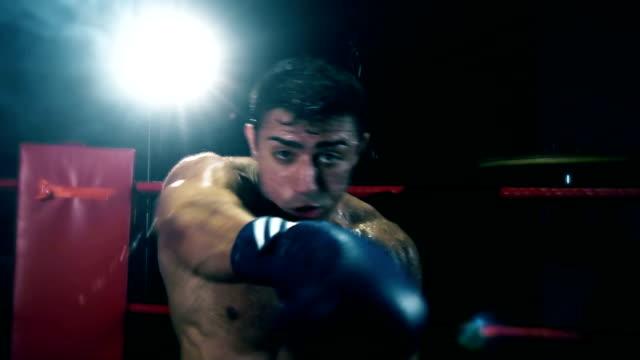 vídeos y material grabado en eventos de stock de boxeador luchando con la cámara - cámara de aislamiento con guantes