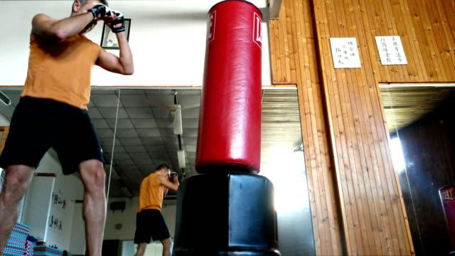 Boxer colpire il sacchetto nello specchio della palestra