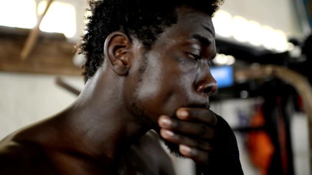 ボクサーは、顔のマッサージ - 包帯点の映像素材/bロール