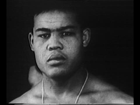 stockvideo's en b-roll-footage met boxer joe louis, wearing overcoat and fedora, walks with military policeman as he arrives at fort jay on governors island, ny, to enlist in the us... - in dienst gaan
