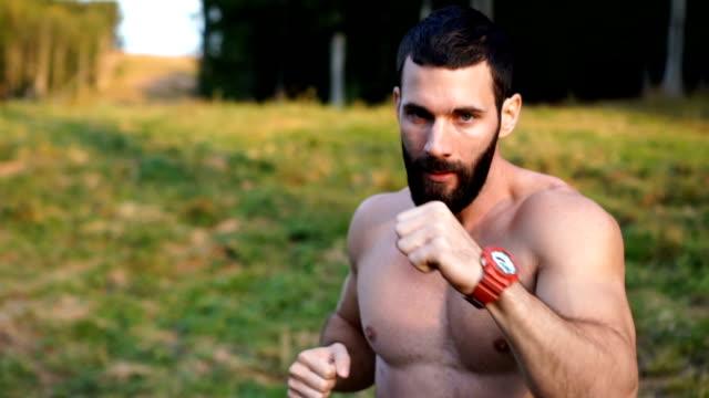 boxer mit blick auf die kamera - wettkampf stock-videos und b-roll-filmmaterial