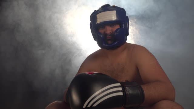 vídeos y material grabado en eventos de stock de boxeador mirando a la cámara - calzoncillos bóxer