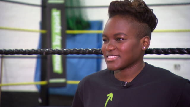 boxer nicola adams set ups as she poses for photos on boxing ring, london - 女子ボクシング点の映像素材/bロール