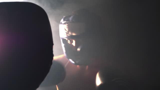 vídeos y material grabado en eventos de stock de boxeador almohadilla trabajo sesión con un entrenador - calzoncillos bóxer