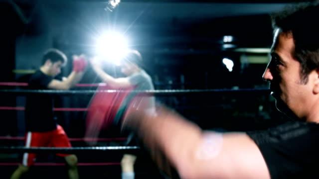 vídeos y material grabado en eventos de stock de boxer punch speedbag - cámara de aislamiento con guantes