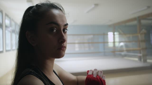 boxer setzen auf seite wraps - boxen sport stock-videos und b-roll-filmmaterial