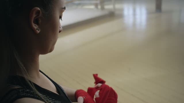 boxare att sätta å wraps - sportbehå bildbanksvideor och videomaterial från bakom kulisserna