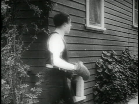 b/w 1914 boxer standing near corner of building running offscreen / feature - 1914年点の映像素材/bロール