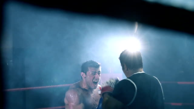 vídeos y material grabado en eventos de stock de entrenamiento boxer con su entrenador - cámara de aislamiento con guantes