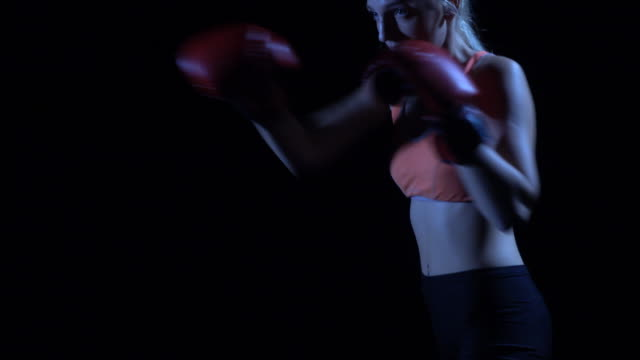 vídeos de stock, filmes e b-roll de mulheres de boxeador treinando na academia - cabelo assanhado