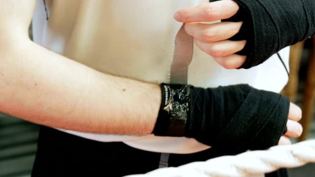 vidéos et rushes de boxer wrapping wrists - pansement médical
