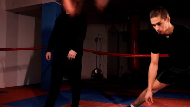 vídeos de stock, filmes e b-roll de boxers aquecer antes de treinar - posição de combate