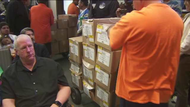 vídeos y material grabado en eventos de stock de ktla boxes filled with 15000 petitions wheeled out for carson nfl stadium approval the carson city council unanimously approved a privately financed... - petición