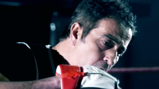 vídeos y material grabado en eventos de stock de entrenador de boxeo de cerca tiro - cámara de aislamiento con guantes