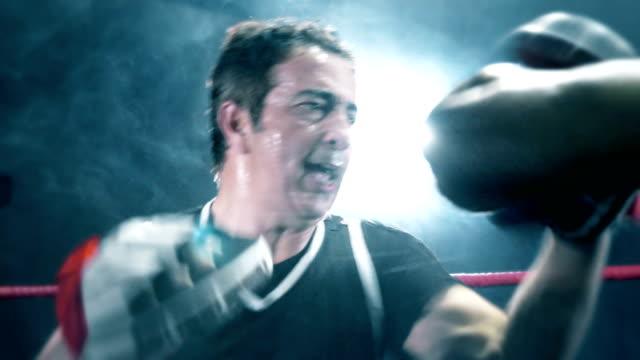 vídeos y material grabado en eventos de stock de entrenador de boxeo - cámara de aislamiento con guantes