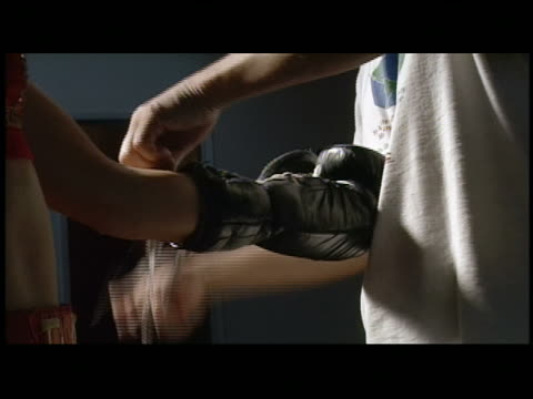 cu  zi  ecu boxing glove being tied to boxer's hand - boxhandschuh stock-videos und b-roll-filmmaterial