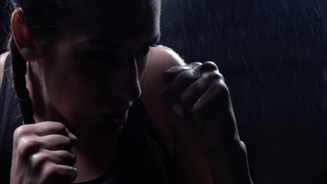 vídeos y material grabado en eventos de stock de boxeo de la sombra. luchando con las debilidades - calzoncillos bóxer