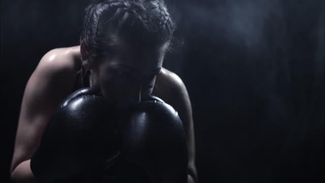 影のボクシング。弱さに苦しんでいます。 - ボクシンググローブ点の映像素材/bロール