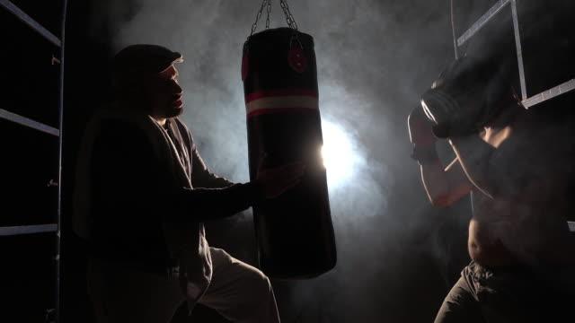 vídeos y material grabado en eventos de stock de entrenamiento de boxeo con el entrenador - calzoncillos bóxer