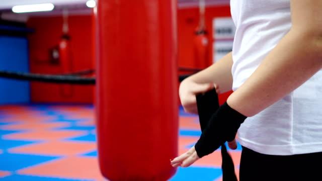 vídeos y material grabado en eventos de stock de mujer boxeo preparando ella misma - guante de boxeo
