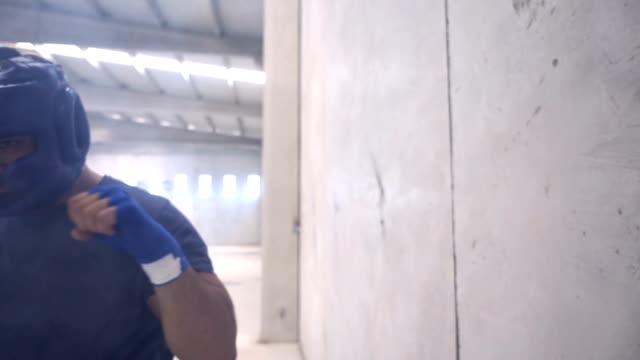 vídeos y material grabado en eventos de stock de boxeo de ejercicios en un edificio antiguo - calzoncillos bóxer