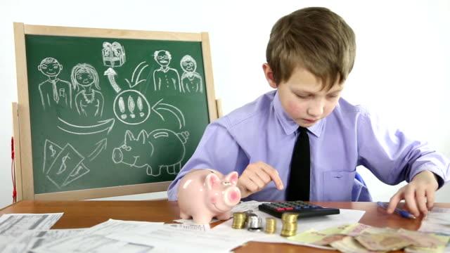 vídeos y material grabado en eventos de stock de niño y finanzas - calculadora