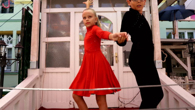 ラテンダンスを踊る少年と少女。 - サルサダンス点の映像素材/bロール