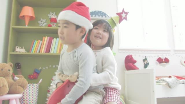 boy and girl enjoying themselves on christmas - 小学校低学年点の映像素材/bロール