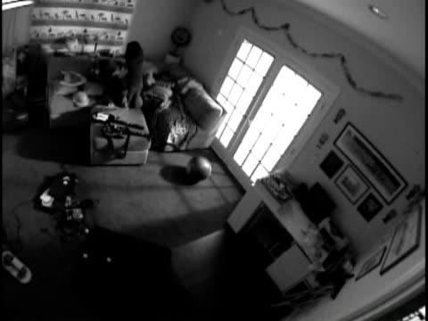 stockvideo's en b-roll-footage met b/w pov ha ws boy and girl fighting on sofa, then mother breaks up fight and they follow her out of room / white plains, new york, usa - één ouder