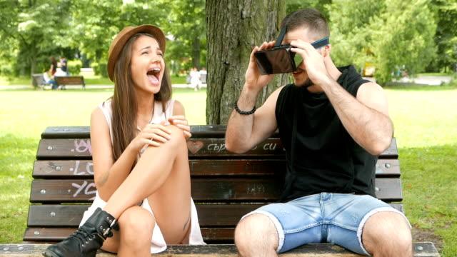 Jongen en meisje met plezier met VR-bril