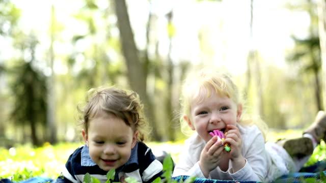 Jongen en meisje in het park