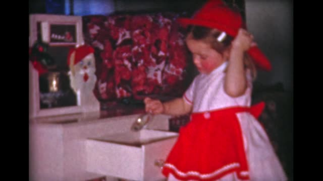 vídeos de stock e filmes b-roll de 1959 boy and girl open xmas presents - chapéu