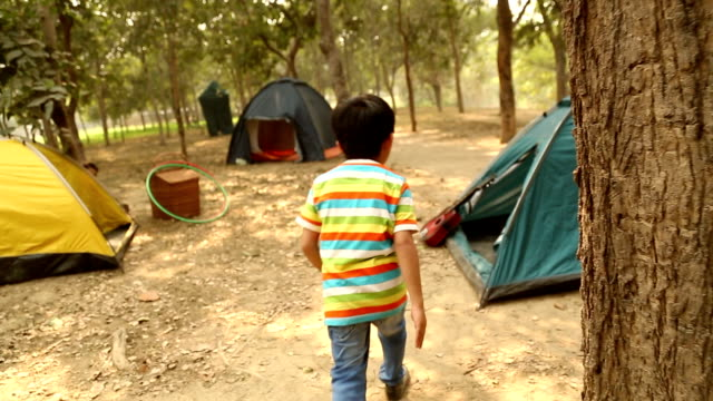 boy and girl playing hide and seek game in the park, delhi, india - 探す点の映像素材/bロール