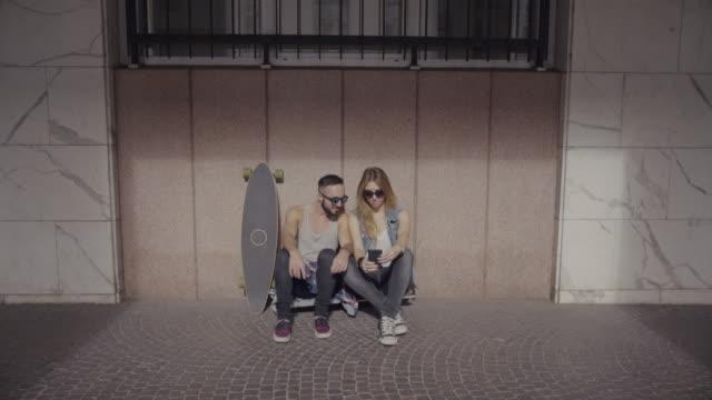vídeos y material grabado en eventos de stock de patinadores de niño y niña en entorno urbano - patinaje en tabla larga